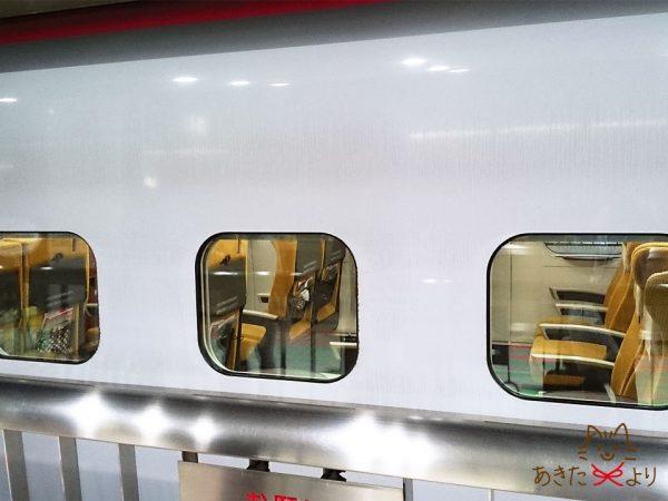 秋田新幹線こまちの窓から見える座席の様子