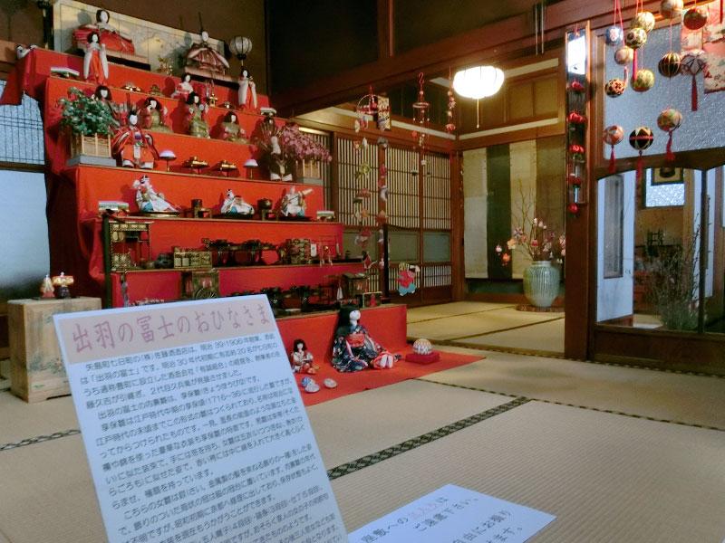 佐藤酒造の入り口すぐ、座敷に飾られたお雛様。