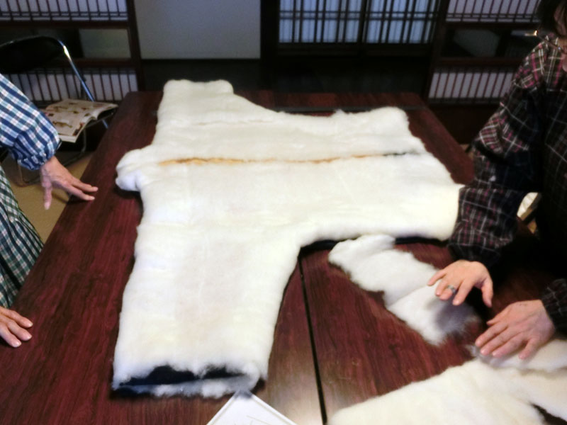 どんぶくの形に綿を敷いていく作業の様子。