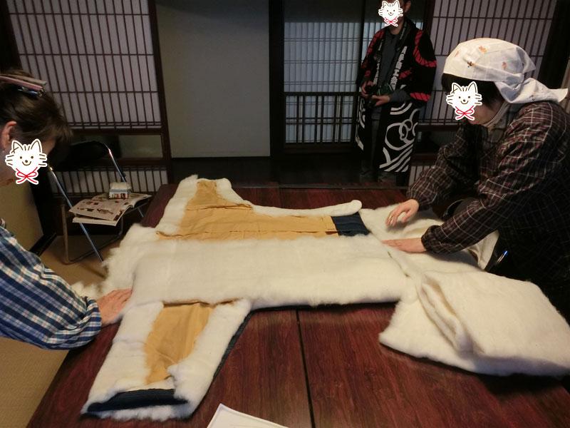 どんぶくの形に綿を敷いていく作業、この後二人でどんぶくを表に返す