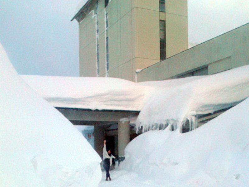 フォレスタ鳥海の入り口前のロータリーは雪の壁ですごい光景になっている。