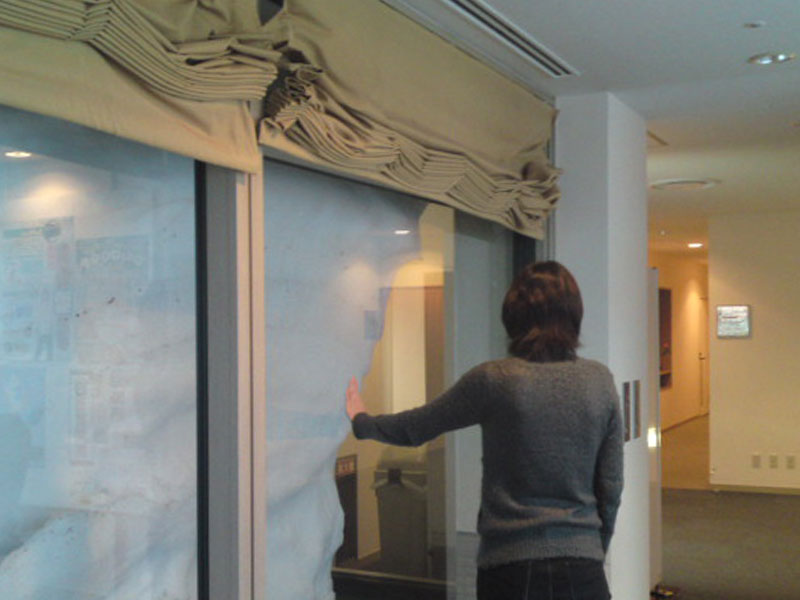 ホテルの廊下の窓まで雪で埋め尽くされている様子。