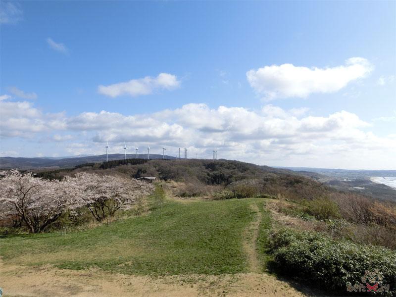 観音様の隣から見た東屋のある鳥海山側の景色。写真右に日本海、正面が鳥海山だが、ちょうど曇で隠れている