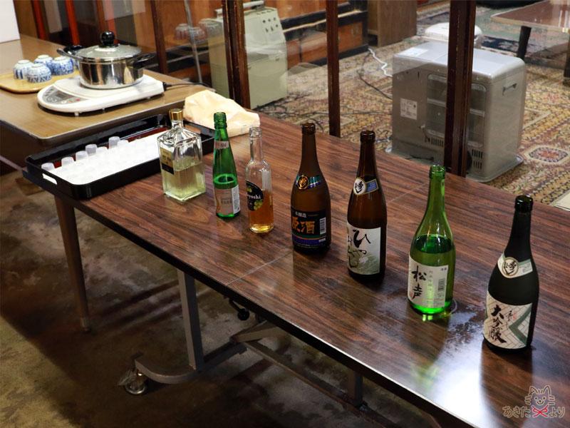 試飲できるお酒がテーブルに並んでいる。写真奥の方は酒粕の甘酒