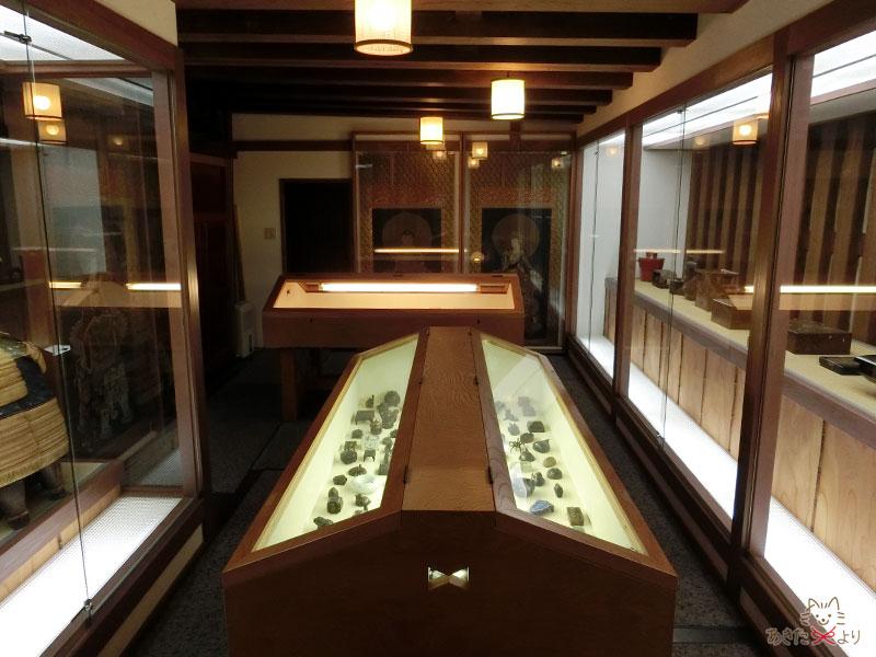 それほど広くないが、たくさんの歴史的美術品が収められている文庫蔵の様子。