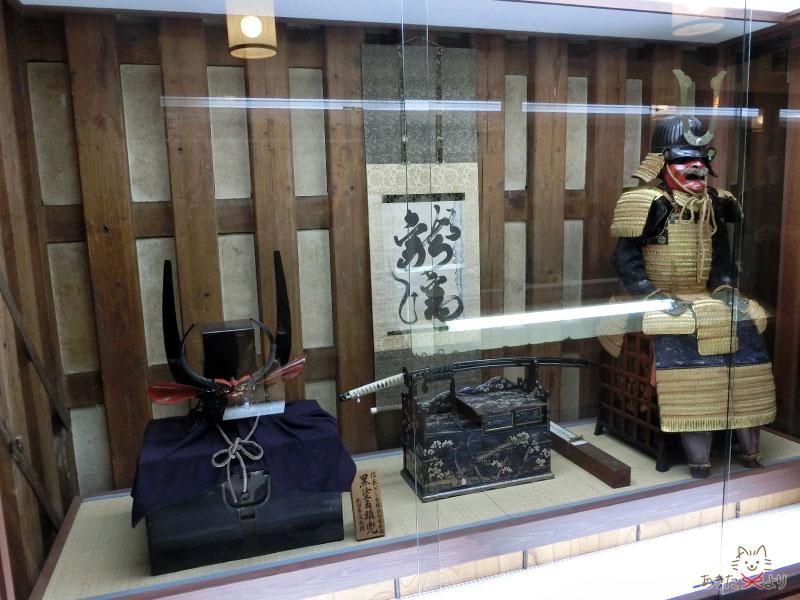 兜の鉢の上に牛革で箱のような頭部を乗せた変型兜である黒塗角頭兜(くろぬりかくとうかぶと)と甲冑が展示されている様子