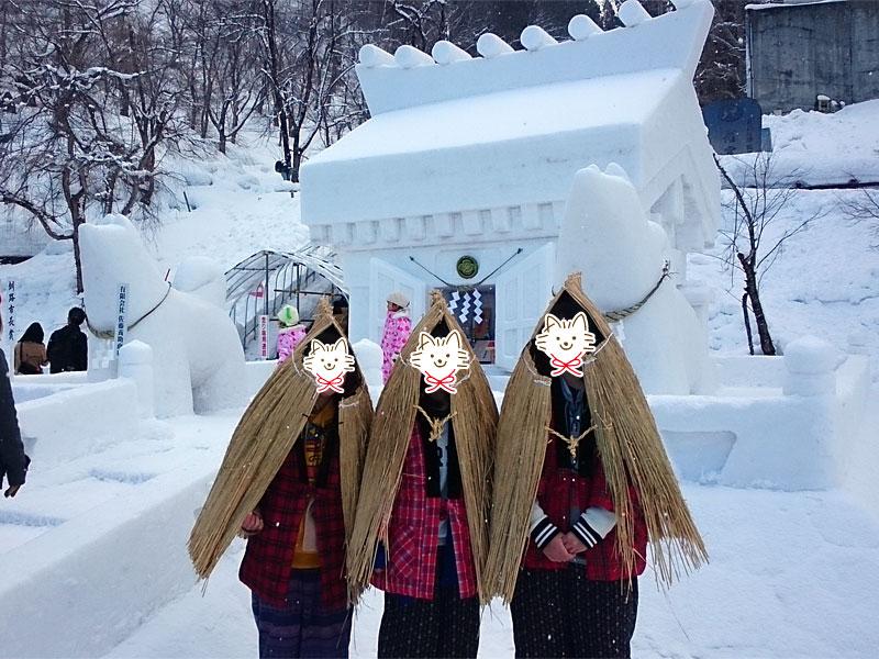 みの帽子にどんぶく、わら靴はいたかわいい地元の雪ん子たち