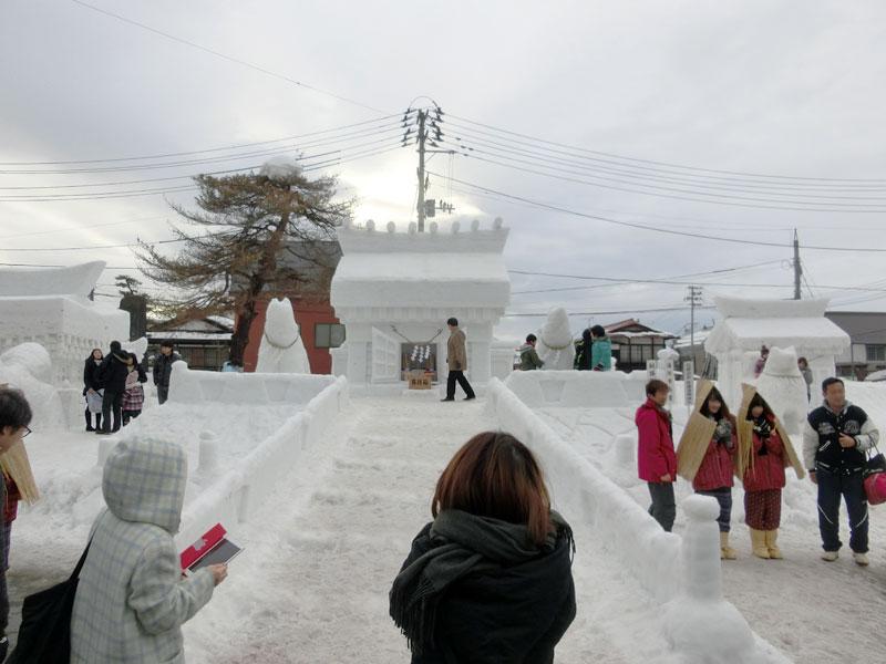 会場にある豪華な雪のお堂と犬っこ、雪ん子たち