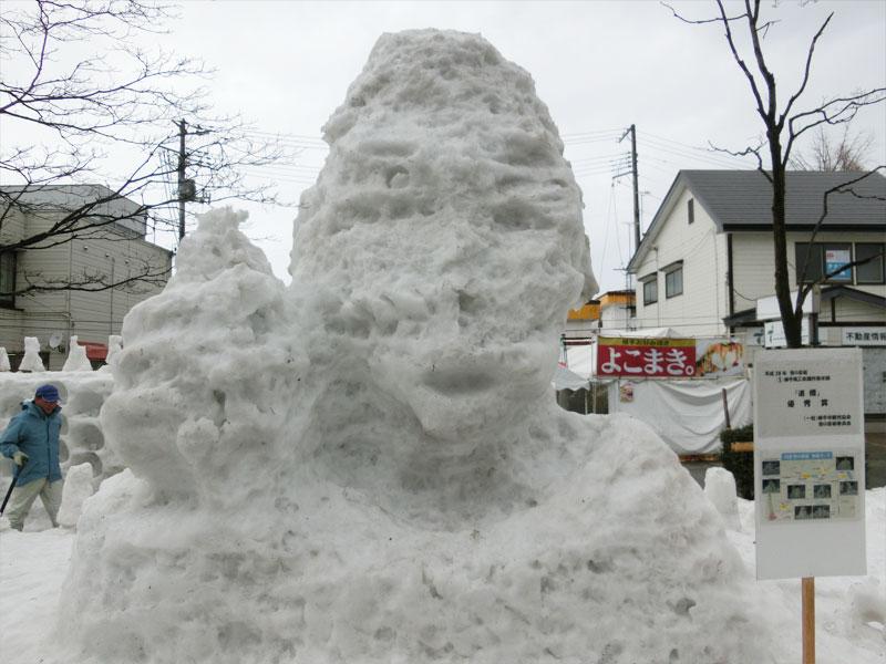 雨で溶けて悲惨な姿になってしまった五郎丸選手の雪像の様子