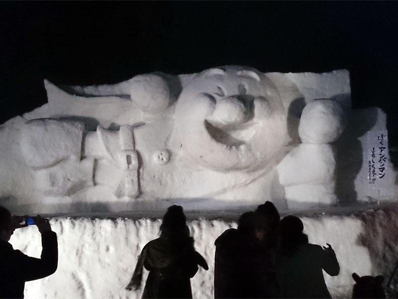 夜に撮ったアンパンマンの雪像