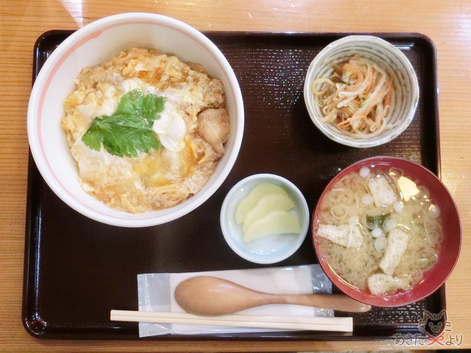 比内地鶏の親子丼、小鉢、つけもの、みそ汁がお盆にのっている