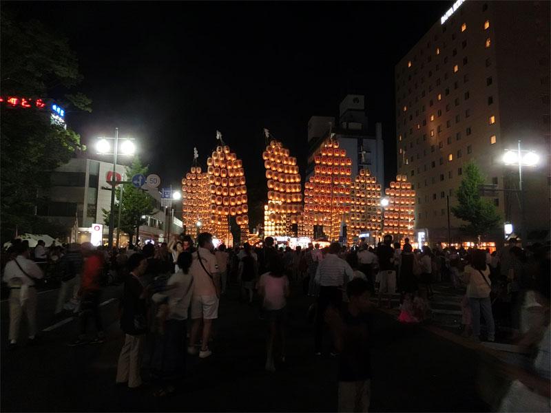 ★秋田市役所方面の竿燈の端っこからみた風景。