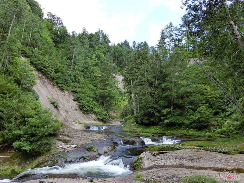 一枚岩盤の上を穏やかに流れる水
