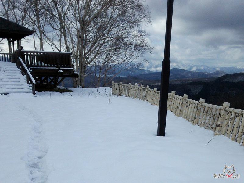 12月初旬の黒森展望台に積もった雪とうっすら雪化粧されたきれいな山々