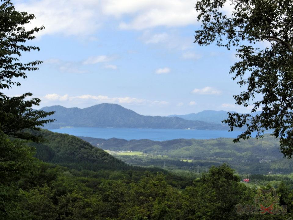 山に囲まれた田沢湖を上から見た様子