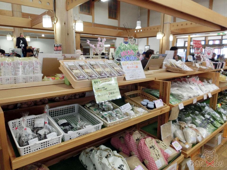 棚にお米や野菜、手作りの干し餅など、道の駅らしい地元の食材が並ぶンでいる様子。