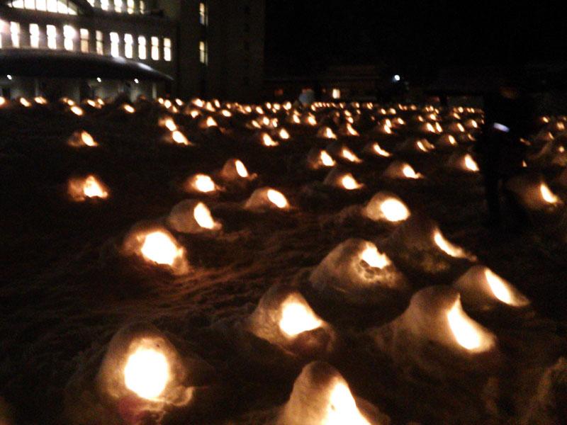 夜の横手南小学校校庭の火が灯ったミニかまくらの様子