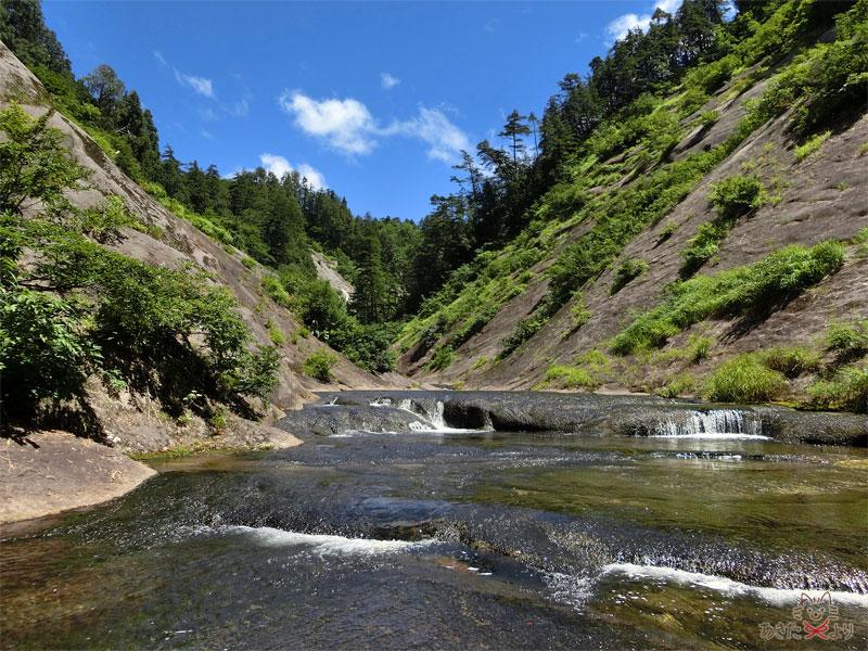 小さい滝のような段差がたくさんある川の様子