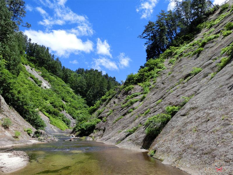 空と森と川の峡谷美
