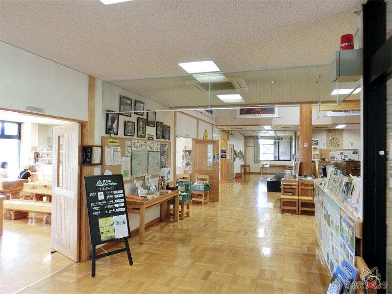 広報館の中の廊下の様子。左に『喫茶ねもりだ』、右は観光情報や森吉の資料コーナーがある