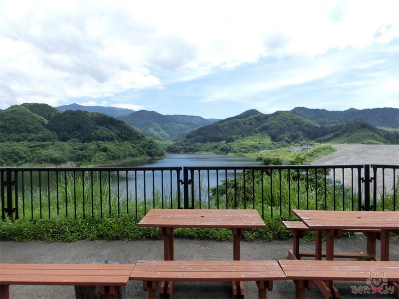 イスとテーブルがあり、ダムの景色を眺めながら一休みできるようになっている