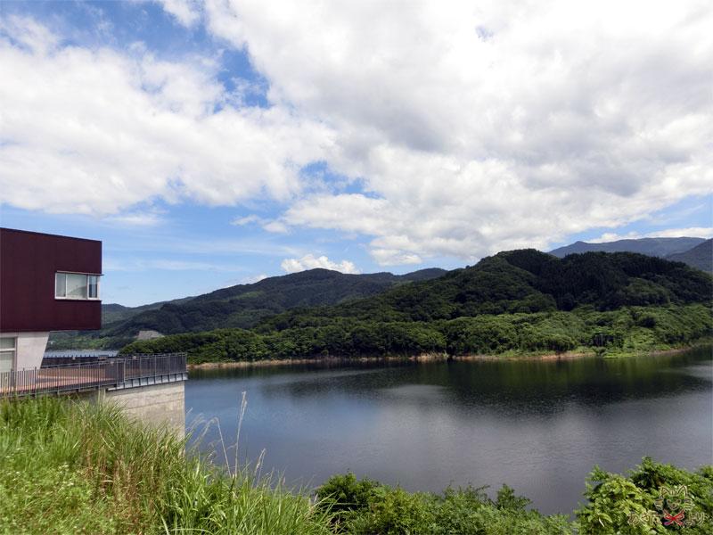 テラスから見える美しいダム湖とすぐ隣の管理所