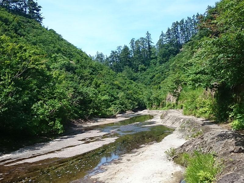 1枚岩盤の浅い川、水が流れていない部分も多くある