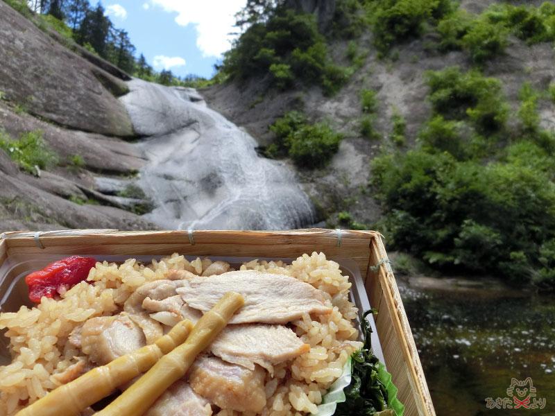 ウサギ滝を背景にした比内地鶏弁当