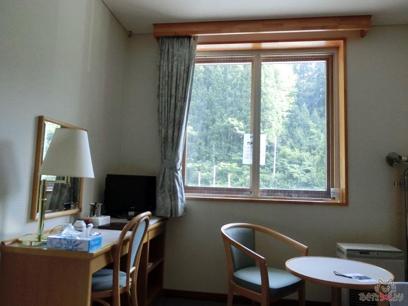 部屋の様子。窓はカメムシが出るので開けないようにとの張り紙がある
