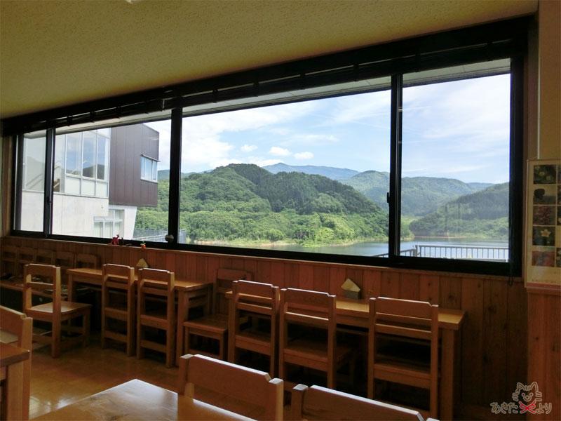 ダム湖がよく見渡せる窓際のカウンター席、窓の外はダム湖が見える