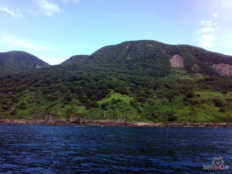 海に臨む山々