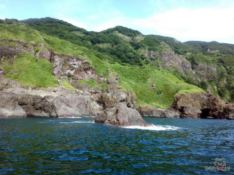 海沿いの山の崖が削れている様子