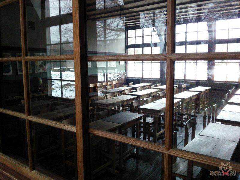 廊下から見たガラスの窓越しの教室の様子