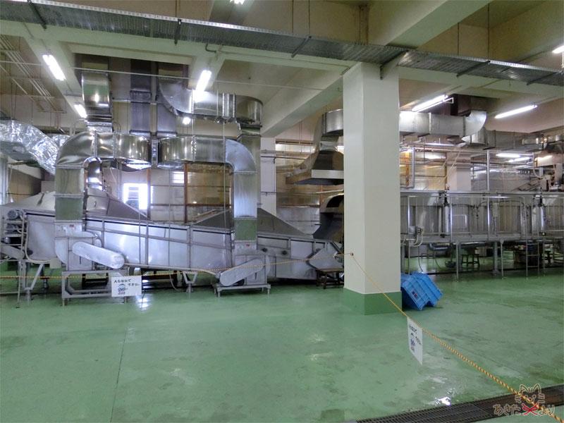 銀色の四角い配管がたくさんある酒の工場の様子