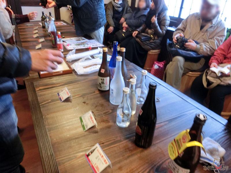 テーブルの上に酒の瓶が並んでいる様子