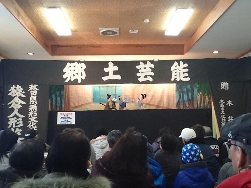 満員の会場の中公演される猿倉人形芝居の様子
