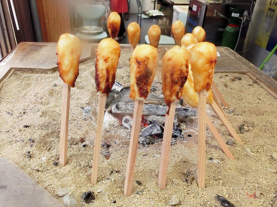 味噌たんぽを炭火で焼いている様子