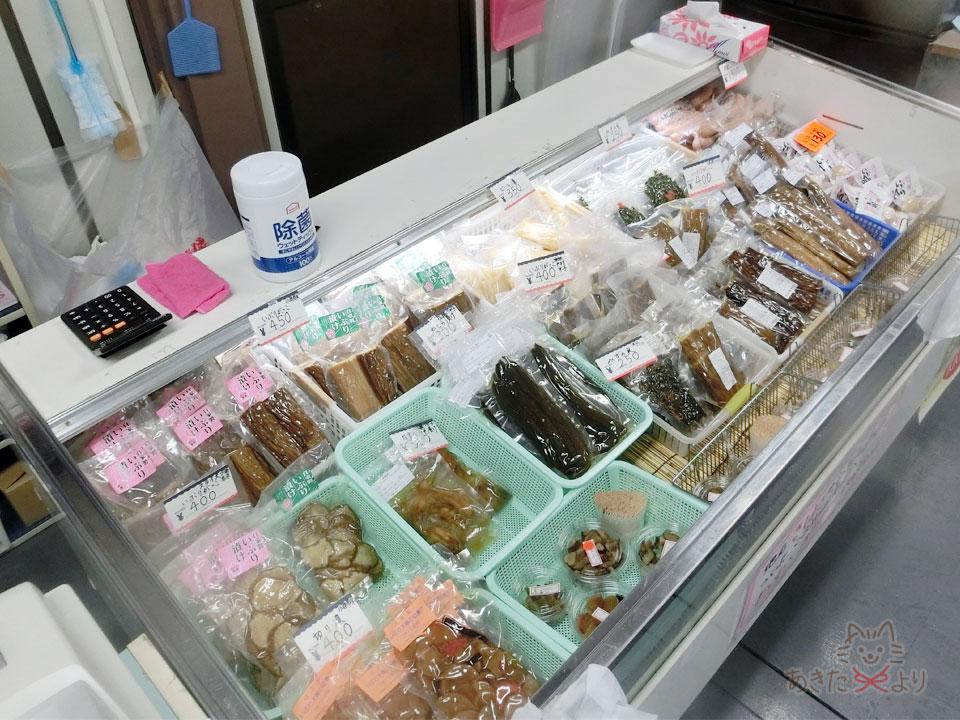 冷蔵コーナーに様々な漬物が並んでいる様子