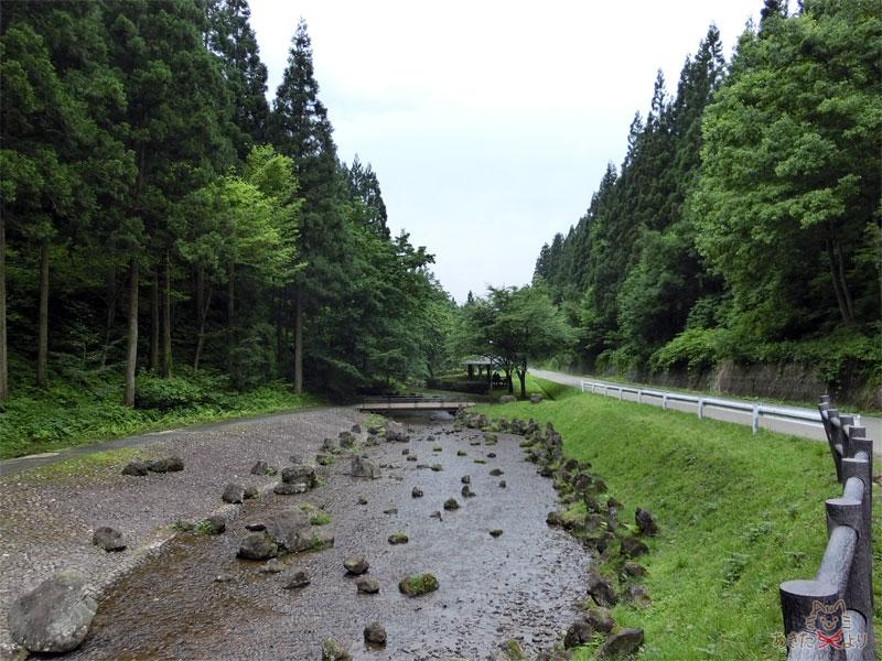 浅い川が流れ、道路沿いにある『せせらぎ公園』