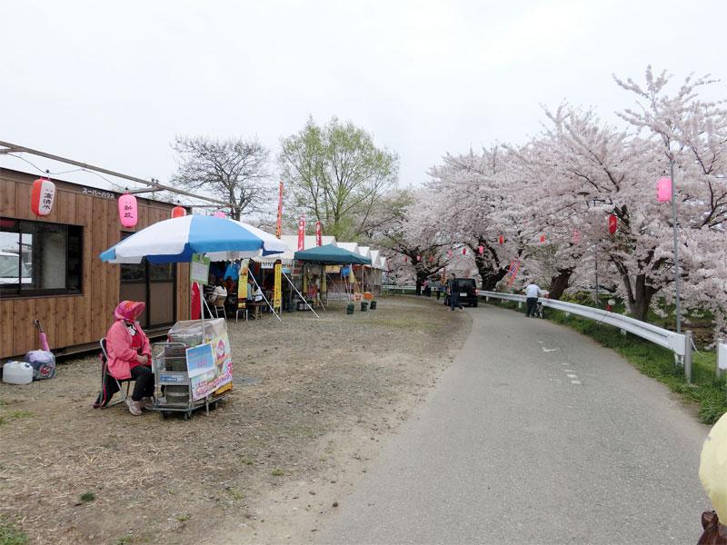 愛宕下橋の近くにいくつか屋台が並び、お祭りの雰囲気。