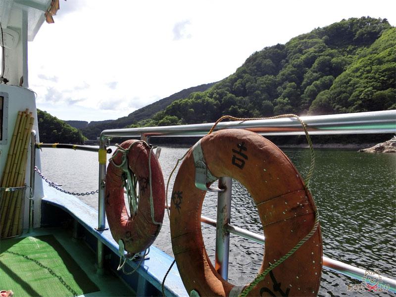 森吉丸と書かれた救命浮き輪が備え付けられてある遊覧船