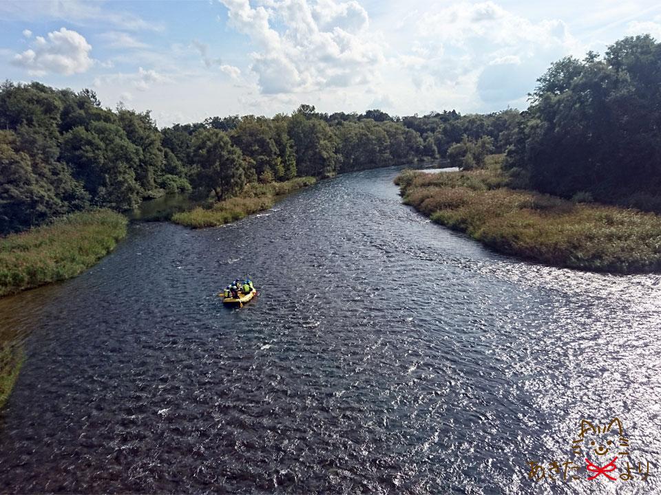 雄大な玉川にボートが流れている様子
