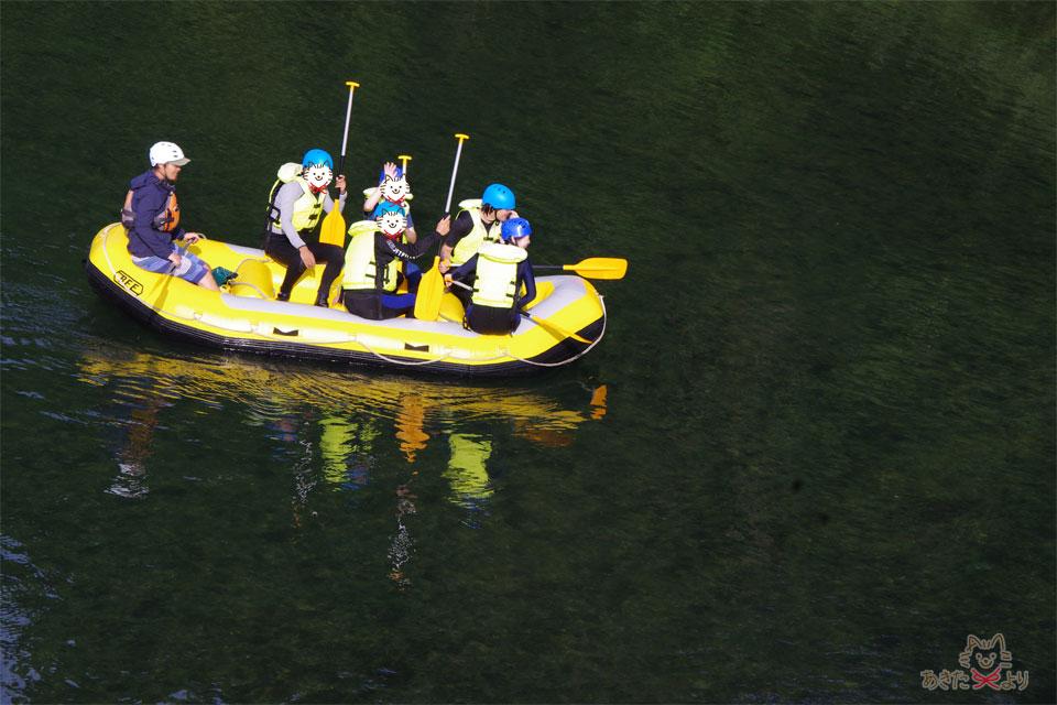 川に浮かぶボートに乗っている様子。