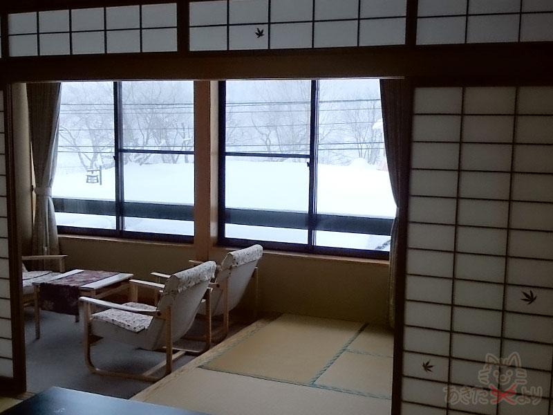 広縁と窓があり、外は雪景色