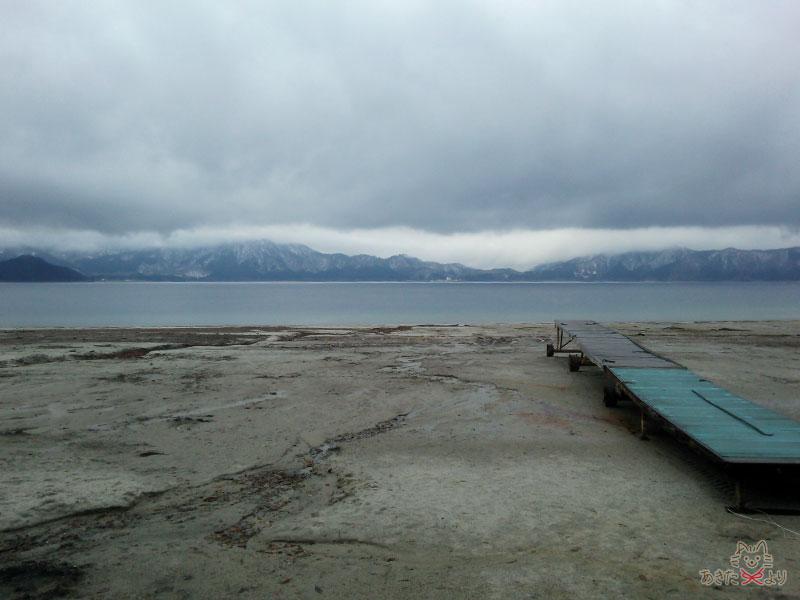 田沢湖共栄パレス向かいのアヒルボート乗り場から見る冬の田沢湖。冬は水がだいぶ引いていて、桟橋より奥に水際がある様子