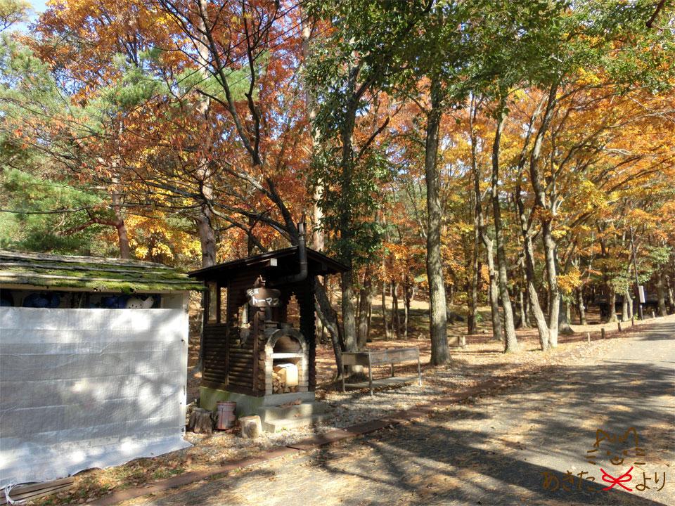 紅葉する『田沢湖キャンプ場』にある管理棟向かいにあるピザ焼き窯トーマスの様子。