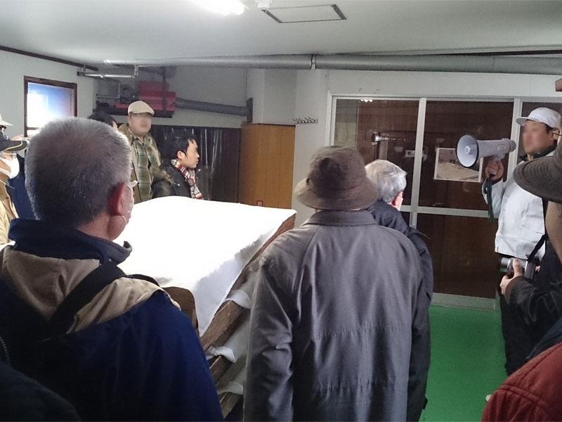 蔵人さんが酒造りの作業工程を説明