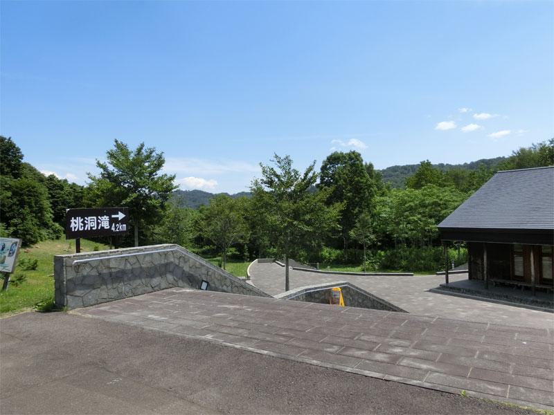 階段と、下には鳥獣センター、奥の方には登山道が見える