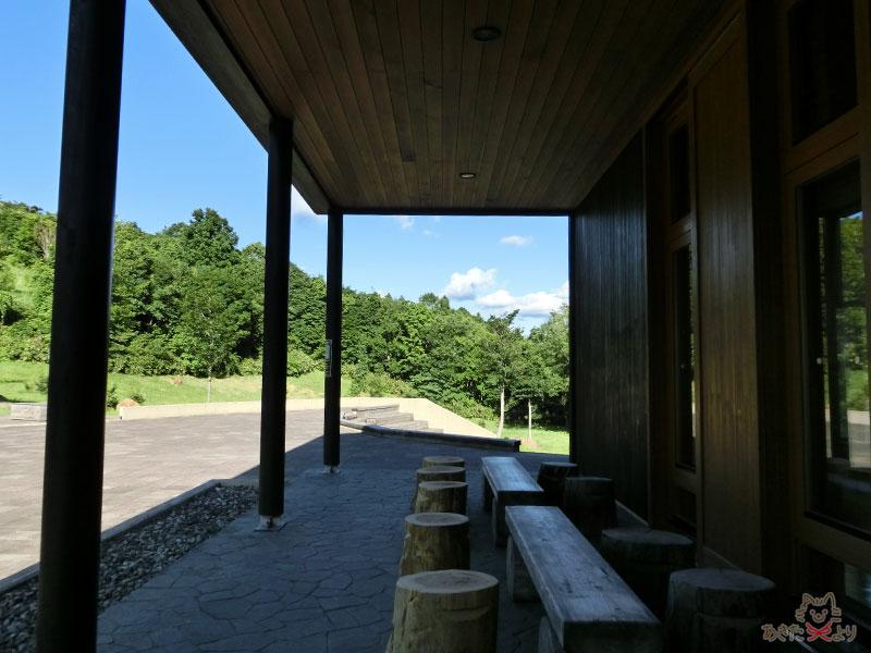 『森吉山野生鳥獣センター』の正面。ウェイターシルエットの人が持ってるお盆上に書いているのは今月の企画展。「森の絵画展」「東北アクティブレンジャー写真展」