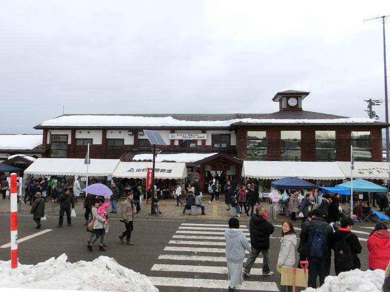 やしま冬まつりの矢島駅前の様子